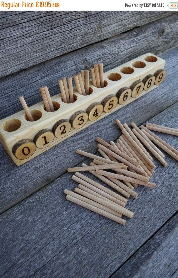 Il s'agit d'une version alternative de la boîte originale de broche Montessori.  Il est petit et parfait pour un usage domestique où chaque pouce d'espace compte. Il mesure 12 pouces de long et les broches sont 3 pouces de long.  Tous les axes de 45 sont inclus.  Notre petit 4 ans a maintenant une période de math et jai vu la nécessité dune boîte de broche, mais nous ne voulions pas à lachat original. Il faut beaucoup despace et nous navons pas, nous avons donc créé une nouvelle version de…