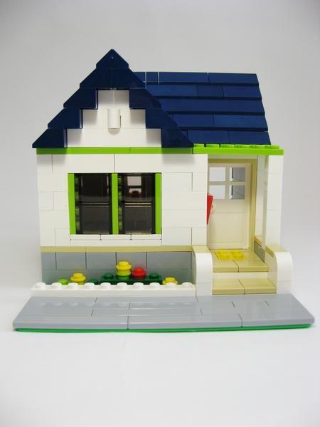 1. Фасад. Через большое окно в солнечные дни хорошо освещается всё внутри дома.