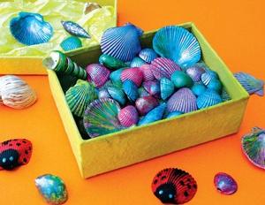 Bu kabuklar rengarenk ! ; Haydi çocuklar annenize bir sürpriz yapın ve ona denizin derinliklerinden bir uğurböceği, kanatları kabuktan bir kelebek ya da gökkuşağı renklerinde rengarenk kabuklar hediye edin...