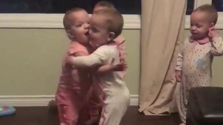Quatro gémeas canadianas de um ano que se abraçam durante quase 2 minutos estão a ser um fenómeno na Internet. Os pais gastam entre 25 a 30 fraldas por dia e têm recebido donativos de todo o mundo http://observador.pt/videos/atualidade/os-abracos-entre-quatro-gemeas-que-ja-foram-vistos-31-milhoes-de-vezes/