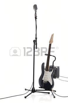 Vintage microfoon op staan naast een eletric guitar  photo