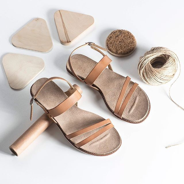 Uwielbiasz styl boho?  Sprawdź nasze lekkie sandałki, które pasują do kwiecistych sukienek oraz wszyskich strojów w odcieniach nude : F02-81 #shoes #sandals #beige #camel #nude #brown #lankars #lankarsshoes #lanckorona #cracow #shoestagram #shoesinsta #instashoes #leather #summer #flatlay #boho #style #woman #feminine #minimalism #instastyle #instagood #love #loveshoes