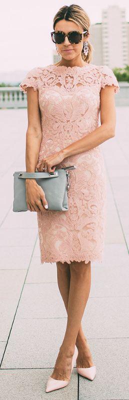 Bolsa cinza e vestido de renda rosa claro, uma linda combinação!