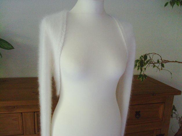 Braut-Bolero aus Angorawolle in allen Größen. Der Bolero hat schmale Vorderteile, die das Dekolleté sichtbar lassen und ist mit langen Ärmeln versehen. Die Kanten der Jacken haben schmale...