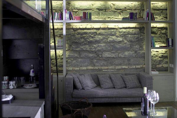 Elegante soggiorno con pareti in muratura di pietra lavica a vista.  #residence #apartment #livingroom #Catania #Sicily #travel #holiday #leisure #businesstravel #design #luxury #style