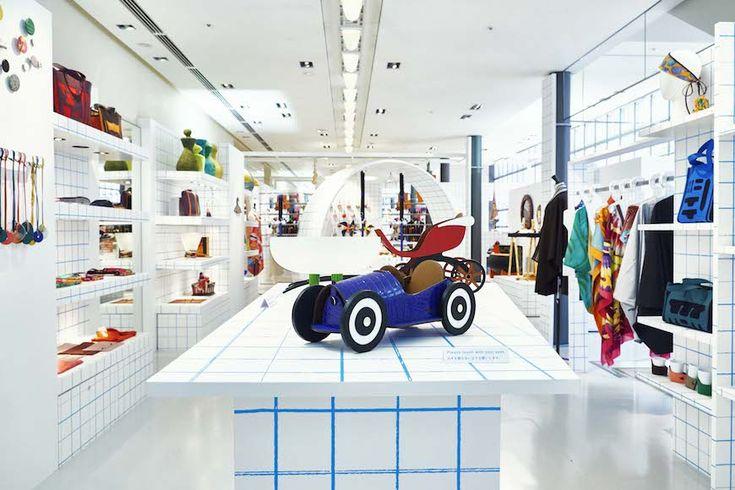 エルメス銀座店1F(ソニー通り側)にワクワクする空間が広がる。空間デザインはグラフィック・デザイナーの服部一成によるもの。