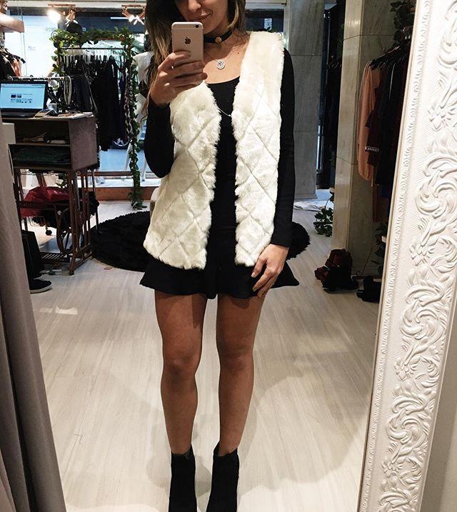 WEBSTA @ majeste_store - Para as viciadas em coletinho!  colete branco de pelo vestido manga botinha Tratorada!