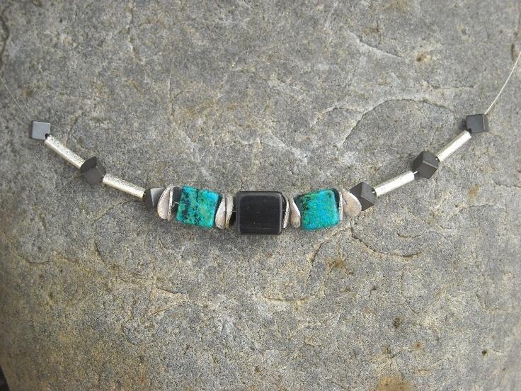 """Zarte Kette   """" Cube """"  mit  einem dunkelgrauen 10 x 10 mm Cateye - Würfel im Zentrum  und  zwei wunderschönen blau-grünen 8 x 8 mm Chrysokoll - Würfe"""