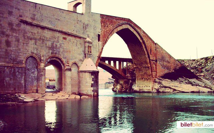 Tarihi Malabadi Köprüsü, dünyada taş köprüler içerisinde kemeri en geniş olandır. Diyarbakır, Türkiye http://www.biletbilet.com/etiket/1005/diyarbakir-ucak-bileti