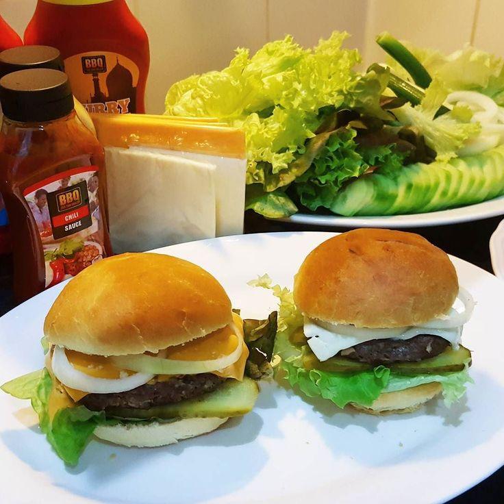 En güzel mutfak paylaşımları için kanalımıza abone olunuz. http://www.kadinika.com EV USULU HAMBURGER Koftesi icin; 1 kg kiyma (tek cekimlik) 1 adet buyuk sogan (rendelenmis) Tuz karabiber 1 adet yumurta  Yarim su bardagi galete unu  Uzeri icin  Domates kivircik salatalik tursusu Sogan Mayonez ketçap Cheddar peyniri Kofte icin gerekli butun malzemeleri karistirin biraz yogurun sonra dolapta en az 30 dakika dinlendirin. Sonra firinda veya tavada veya tost makinesinde kizartin.  Ekmeklerin…