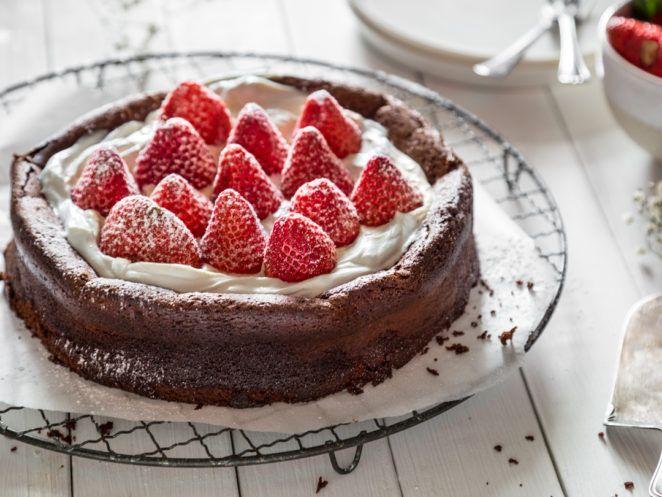 Locker ohne Mehl: Schokoladenkuchen mit Erdbeeren