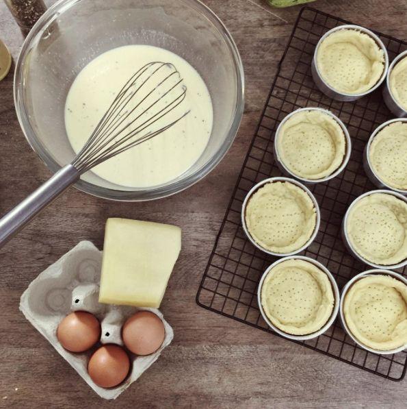 Mini quiche lorraine em preparação, receitinha bem clássica francesa e absurdamente deliciosa!