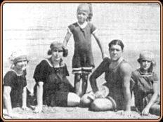 Carlos Gardel en una playa de Montevideo, junto a la quinceañera Isabel del Valle y sus tres hermanos menores.