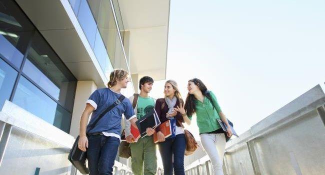 Du hast den #Bachelor in der Tasche, aber noch keinen Plan wie es weitergehen soll? Wir beantworten die 5 wichtigsten #Fragen rund ums #Master-Studium.