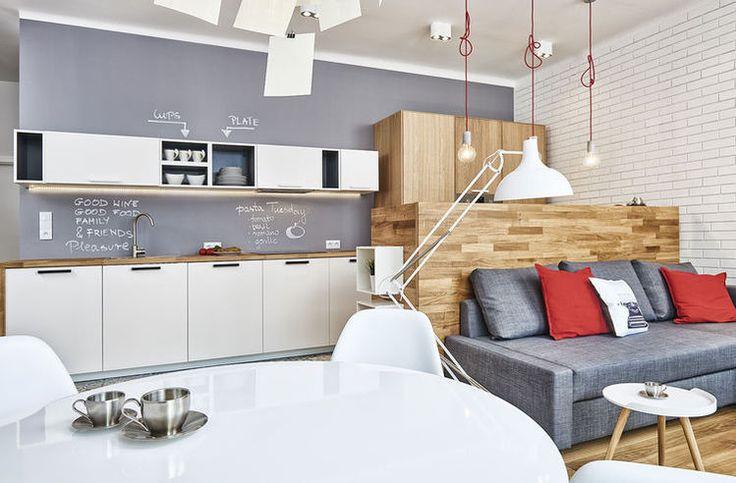 Wykończenie ścian w białej kuchni z drewnianym blatem - Myhome