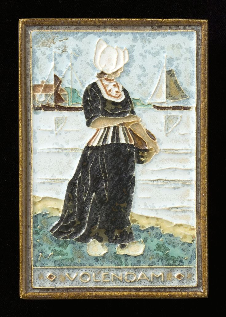 Tegel van keramiek met decor in cloisonné, voorstellende een vrouw in streekdracht van Volendam, vervaardigd door de Porceleyne Fles in Delft naar ontwerp van H.J. Tieman. Boerin met mand aan water in streekdracht van Volendam. 1945-1960 #NoordHolland #Volendam