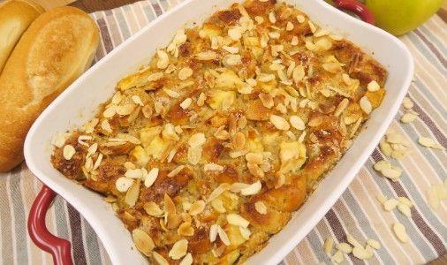 GLI INGREDIENTI 3 panini 3 cucchiai di zucchero di canna 1 cucchiaio di cannella 4 uova 1 tazza di latte  mandorle affettate 1 cucchiaio di succo di limone 2 cucchiai di fecola di patate 3 mele  LA PREPARAZIONE Tagliate il pane a pezzetti, unite la cannella, le mele e lo zucchero di canna. Preparate la parte liquida sbattendo il latte con le uova e l'essenza di vaniglia, poi versate il composto sul pane. Ponete tutto in una teglia o una tortiera, spolverate con lo zucchero di canna e le m...