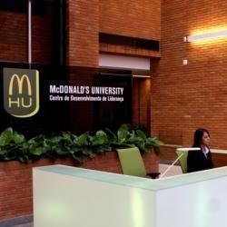 Universidades corporativas: las nuevas gestoras del conocimiento-Muchas grandes empresas nacionales e internacionales fundan sus propias universidades corporativas para formar a sus empleados, especialmente a los mandos directivos.
