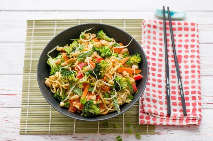 Diese gesunde und leckere Nudel-Pfanne wird Dich im Nu geschmacklich an den thailändischen Strand entführen. Viel frisches Gemüse sorgt zudem für ein buntes Farbenspiel auf Deinem Teller. Lass Dir unseren asiatischen Gruß aus der HelloFresh-Küche schmecken!