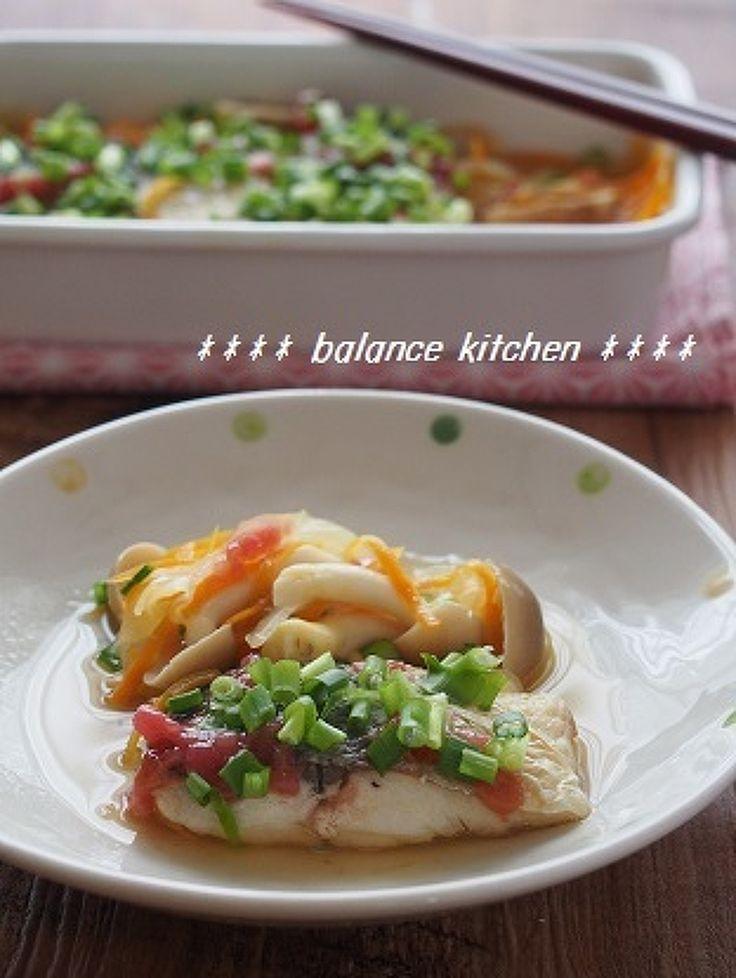 フライパンひとつで簡単!作り置きも出来る魚料理です。たっぷりの野菜も一緒に取れて栄養バランス満点。血液がサラサラに^^ 梅が入った甘酢が、脂ののったサバと好相性!くさみがなく、さっぱり食べられます。