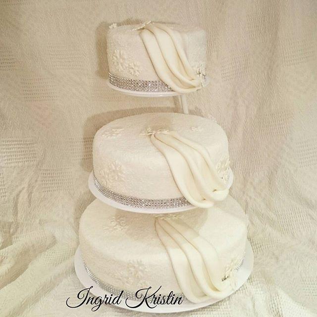 #ingridskakerbørsa #bryllupskake #3etg #sjokoladekake #melkesjokoladesmørkrem #redvelvet #ostekrem #fondant #snøkrystaller #sørtrøndelag #skaunkommune #børsa