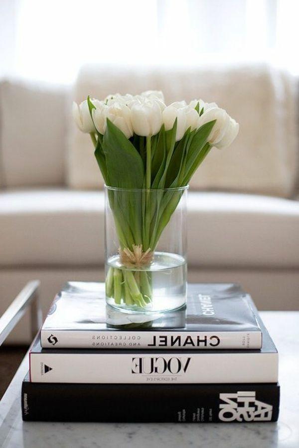 zarte weiße Tulpen als Deko für den tisch