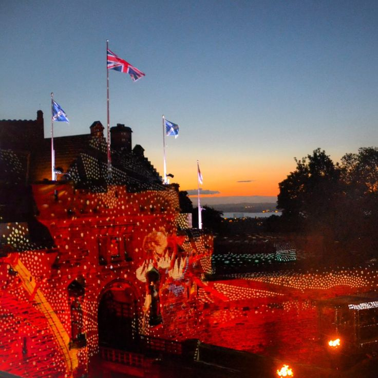 Como foi participar por quatro dias ultra intensos dos festivais de verão da cidade Eu me apaixonei por Edimburgo praticamente de cara, na primeira vez em que estive na cidade. E é mesmo raríssimo encontrar alguém que não goste dela: o bom humor e a hospitalidade dos escoceses associados às belezas arquitetônicas desta cidade que é patrimônio tombado pela UNESCO conquistam a imensa maioria dos turistas sem esforços. Projeção na fachada do Castelo de Edimburgo durante a apresentação da Royal…