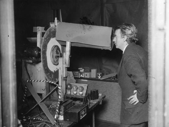 La primera televisión de la historia fue creada por el escocés John Logie Baird utilizando, además de otros componentes electrónicos, un viejo sombrerero, un par de tijeras, agujas, faroles de bicicletas, un cofre de té usado, cera selladora y pegamento.