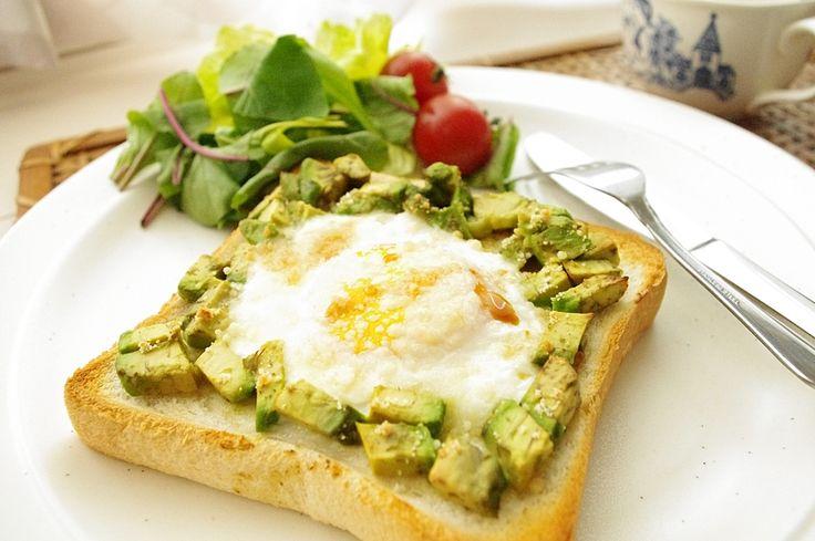 しっかり食べたい朝食に♪アボカドわさび目玉トーストのレシピ|CAFY [カフィ]