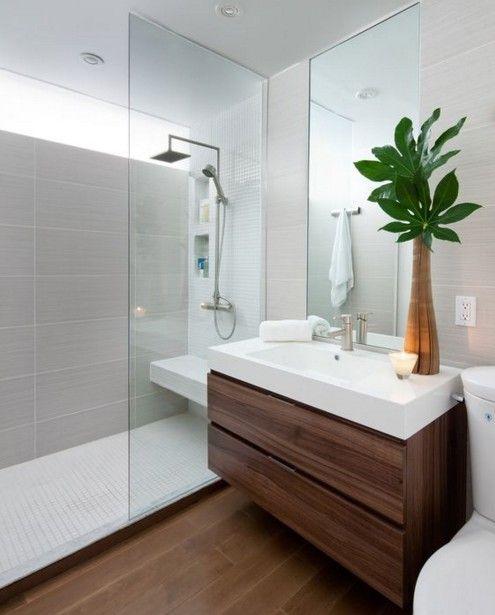 Cuarto de baño pequeño con suelo y detalles de madera color caoba y plato de ducha largo