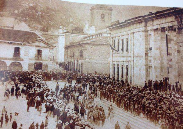 Bogota _ Gral Rafael Reyes en la Plaza de Bolívar en 1895. Venía de derrotar a los liberales.