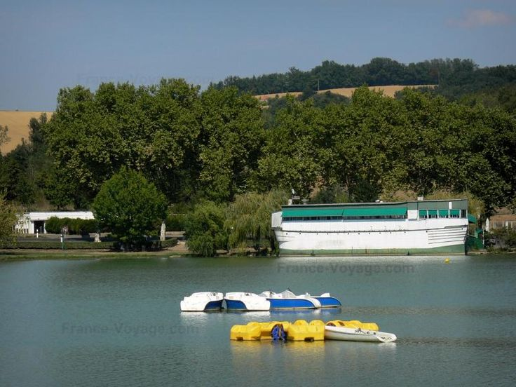Découvrez Marciac, un village médiéval plein de charme ! Situé à 20 km de Riguepeu, c'est le lieu idéal pour les activités en plein air : pêche, balade en pédalo, baignade, promenade