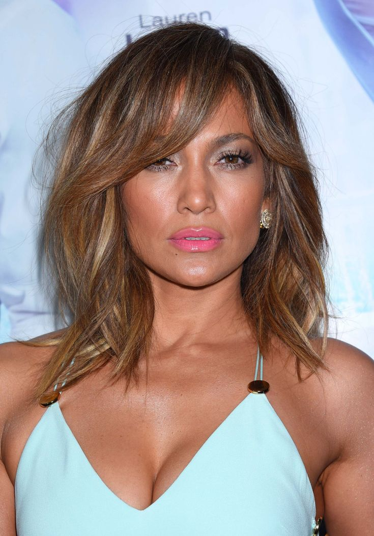 Le carré long dégradé avec mèche de Jennifer Lopez