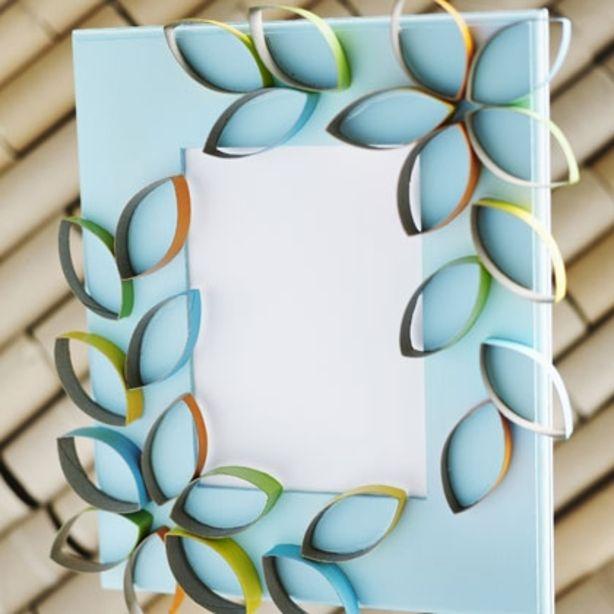 Fotolijstje, spiegel of canvas versieren met geknipte en gekleurde wc - of huishourollen. Als bloemen erop bevestigd.