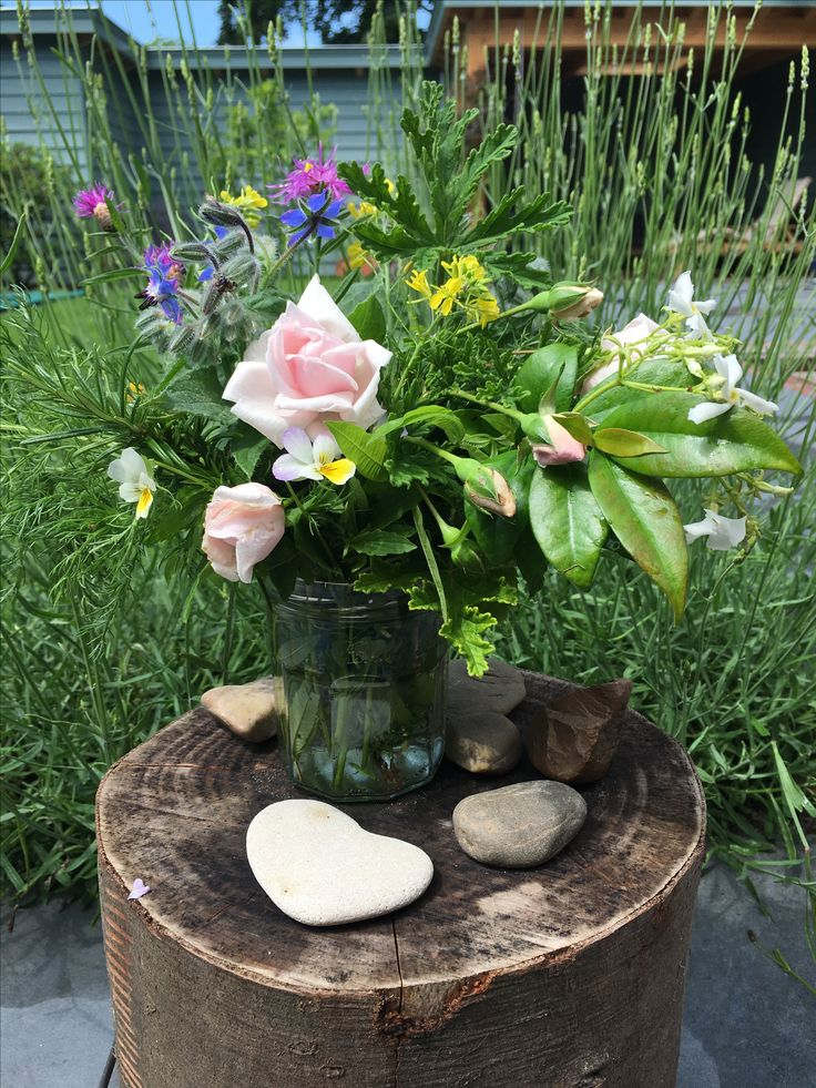 Rozen, munt, citroen melisse, rozemarijn, en meer uit mijn eigen tuin. Een geurig kruidenboeket voor mijn vriendin: aandachtig geknipt en gegeven. Trek er wat uit voor in de thee of een salade dressing. Kneus de blaadjes en geniet van de geurige etherische oliën die vrijkomen. Aromatherapie binnen handbereik, een heerlijk momentje voor jezelf *