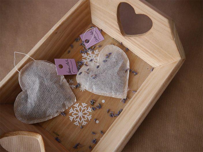 Weihnachtsgeschenk basteln: Braucht Ihr noch eine Idee? Wie wäre es mit selbstgenähten Teebeuteln in Herzform? Hier geht's zur Anleitung.