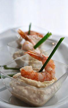 La crema di ceci e gamberi è un delizioso piatto da proporre come aperitivo, catalogabile tra i finger food. Semplice e completo è velocissimo da preparare
