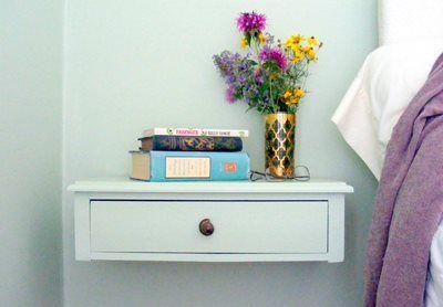 Den gamle kommodeskuffen fikk et nytt strøk maling - vips, ble det tryllet om til et enkelt og fint nattbord. Kilde: Dohiy.com