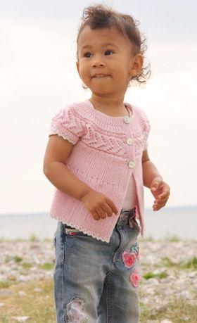 Sød babyvest strikket sidelæns med retstrik og hulmønster i merinould
