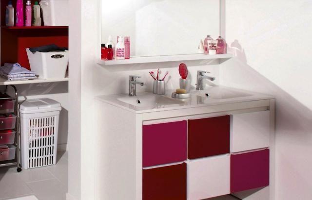 Un meuble de salle de bain composé de portes de différentes couleurs allant du blanc au rose en passant par le violet