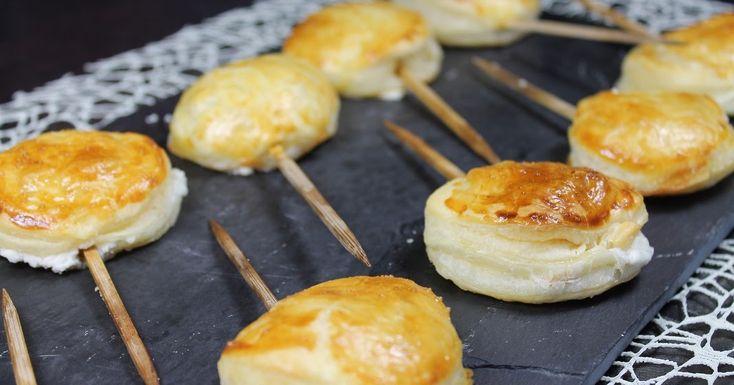 Piruletas de queso y jamón con hojaldre.