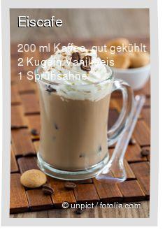 Leckeres Eiscafe Rezept mit einfacher Schritt-für-Schritt-Anleitung: Vanilleeis in ein Glas geben , Den kalten Eiskaffe drüber gießen , Sahne oben drau...