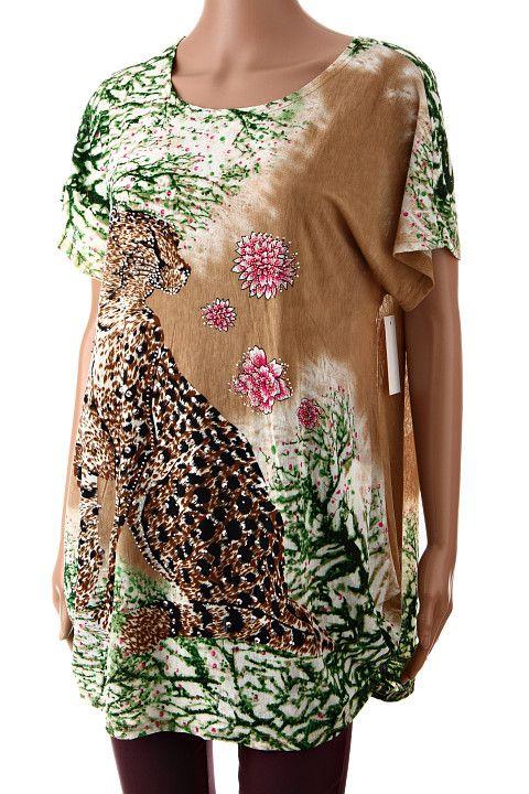 Bledohnedé dámske tričko s krátkym rukávom s prírodným motívom mačkovitej šelmy vysádzané farebnými kamienkami. Tričko je ušité z ľahkého padavého materiálu, po bokoch naspodu je nazberkané. http://www.yolo.sk/damske-tricka-bluzky-kratky-rukav/damske-tricko-fashion-gatto-grande-hnede