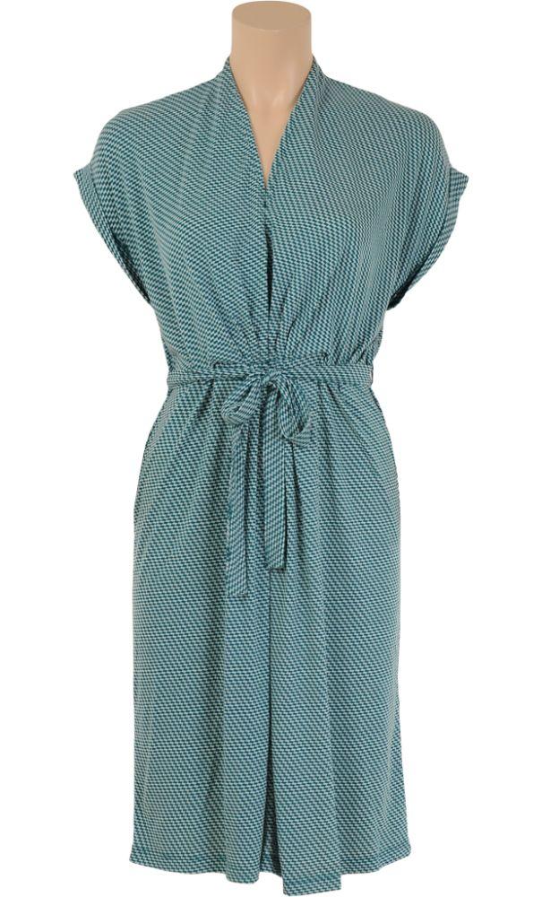 Kimono stijl jurk met aangeknipte mouwen. In de taille zit een knoopbaar ceintuur welke is vastgestikt op de achterkant. - Kinglouie By Exota