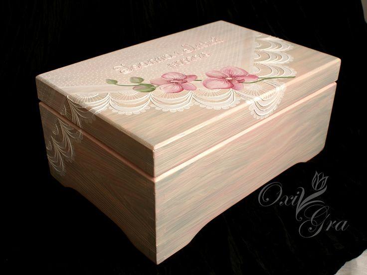 Kuferek i dwie filiżanki, ręcznie malowane       I po kolei ;) Kuferek o wymiarach 30x20x14cm, ręcznie malowany. Pastelowy róż lekko prz...