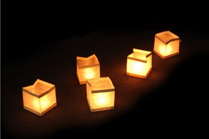 Drijvende lichtjes die steeds verder de duisternis ingaan en het water verlichten. In een doos zitten 10 witte lantaarns van vuur- en waterbestendig materiaal en 10 waxinelichtjes. TOP Sinterklaascadeau | #sinterklaas #sinterklaascadeau #sinterklaaskado #top10 #sint #moederdag
