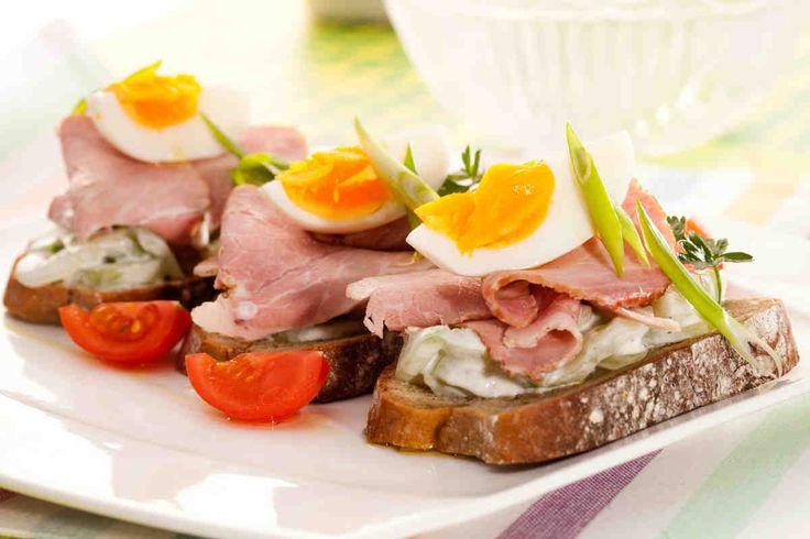 Kanapka z żytniego chleba z sałatką z ogórka dekorowana szynką wiejską i jajkiem #breakfast #omnomnom #smacznastrona #śniadanie #pyszne #mniam