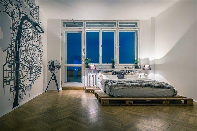 Fotogalerie: Palety jsou levné a funkční. Postel v ložnici je například z palet z IKEA.