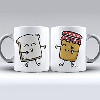 """Haz tus desayunos más románticos con estas tazas con los motivos de la tostada y la mermelada. """"Tú me completas"""" en el reverso. Acabado estupendo y resistentes al lavavajillas y al microondas. Producto diseñado y fabricado en España. Capacidad: 11 oz = 325 ml (Cada taza) GASTOS DE ENVÍO: 1,95€ ( Consultar en Amazon posibles variaciones)"""