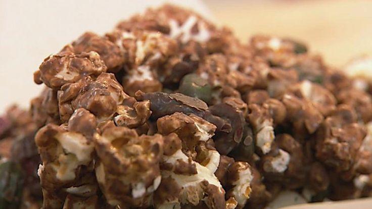 Sjokopops består av popkorn, tranebær og pistasjenøtter som blandes godt i en stor skål og så helles det flytende lys sjokolade over. Oppskriften er fra Mette Blomsterberg i TV-serien Det søte liv.